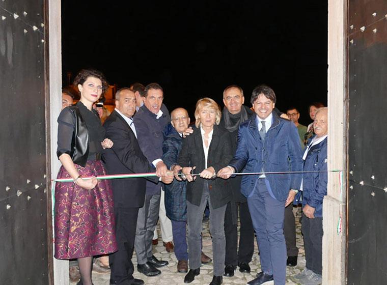 """Inaugurata Teggiano Antiquaria, aperto il castello delle meraviglie: tanti i """"capolavori"""" in mostra fino a domenica"""